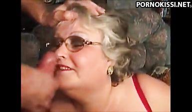 Старые бабки получают густую кончу в рот и на лицо