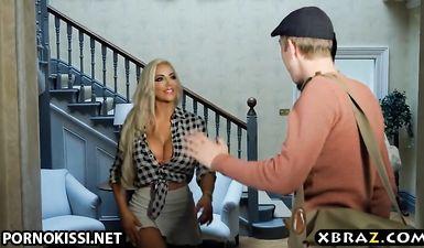 Жопастая блондинка с большими дойками трахается в бритую киску с лучшим другом мужа