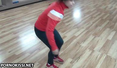 Тренер застукал молоденькую гимнастку за дрочкой в спортзале и трахнул в рот и узкое влагалище на полу