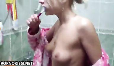 Белобрысая в чулках разминает бритую вагину фаллосом и пускает толстый хер парня на диване