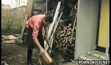 Русские девицы занимаются лесбийскими ласками, а после трахаются с парнями в письки