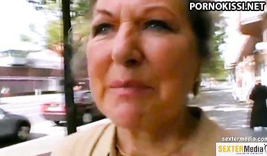 Молодой пацан подцепил опытную бабу и развел ее на минет