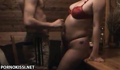 Пухлая мамка из России сосёт сыну кривой хуй и расставляет ноги для траха в мокрую манду