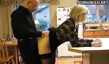 Старик отодрал худую пожилую жену раком на кухне ровным членом в сморщенную манду