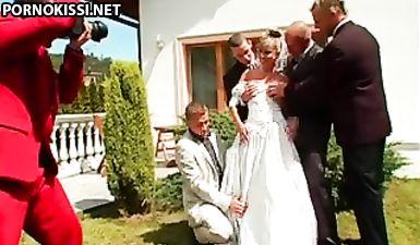 Жених с приятелями толпой выебали молодую невесту в влажную щелку и кончили на платье