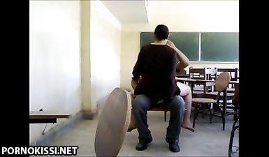 Волосатый студент трахнул большим членом зрелую училку в мокрое влагалище на стуле