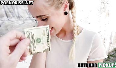 Студентка даёт незнакомцу себя поиметь в лысую пизду на улице за деньги