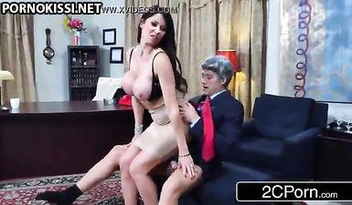 Грудастая секретарша отсасывает боссу длинный  пенис и прогибается раком на столе для ебли в морщинистую киску