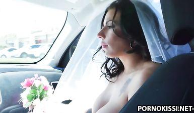 Темноволосая невеста с большими дойками отсосала и дала выебать себя в узкую задницу