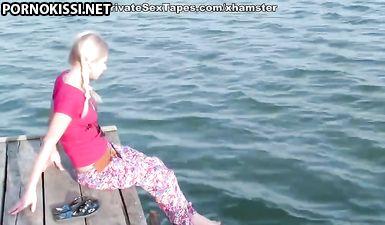 Молоденькая россиянка трахнулась с парнем на природе в бритое влагалище