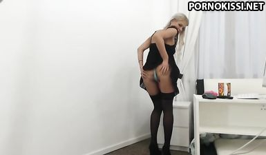 Плоскогрудая блонда в чулках  отымела себя фаллосом до оргазма в одиночестве