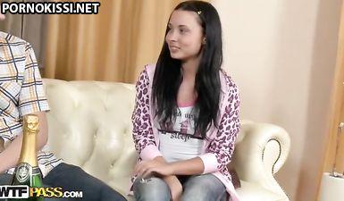 Молоденькая отсасывает парню перед грубо еблей на диване