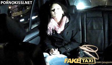 Молодая брюнетка сосет и ебется в мокрую киску в автомобиле