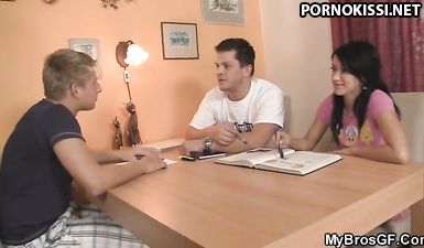 Пока бойфренд был в другой комнате, лучший друг прокатил на пенисе щелку его девушки