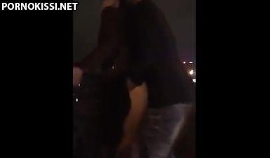 Извращенный чувак выебал шлюшку в киску прямо на набережной