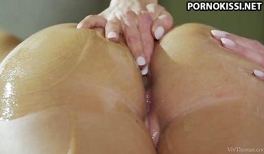 Белобрысая массажистка массирует пальчиками тугие дырочки клиентки в масле  на кушетке