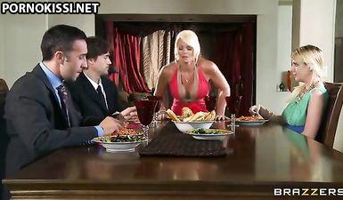 Пока дети обедали за столом, грудастая мамка сношалась со страстным мужем в письку