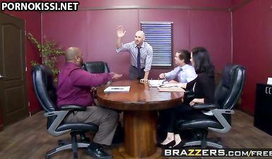 Грудастая секретарша в чулках нанизывает выбритую киску на твердый член босса в кабинете