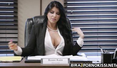 Пышногрудая секретарша жестко отдалась на столе молодому босу в бритую манду