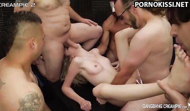 Молоденькая блондиночка отдалась толпе в розовую киску по кругу