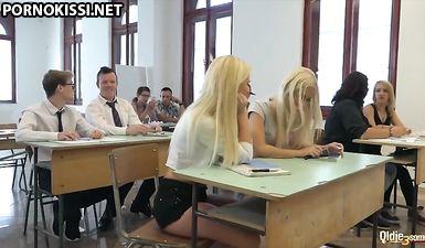Две белобрысые студентки дали поиметь себя старому преподу в аудитории за оценки
