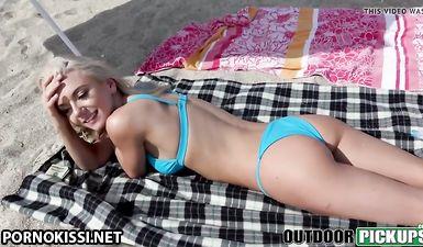 Пикапер заплатил милой блондинке денег и выебал ее в письку на пляже