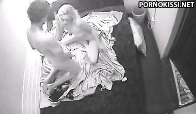 Скрытая камера засняла секс семейного парня с лучшей подругой жены