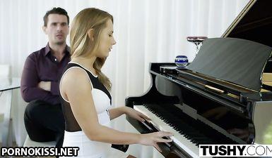 Учитель с большим хером жёстко трахает в рот молодую тёлочку возле пианино.