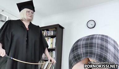 Училка шлепает и лижет волосатую пизду студентки