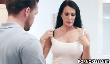Зрелая мачеха занимается сексом с пасынком на кухне