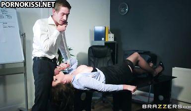 Босс натянул на кривой хер гладенькую вагину секретарши в офисе