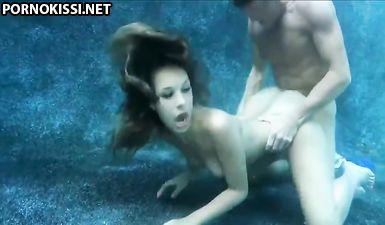 Экстремальная латиночка трахается с накачанным парнем под водой