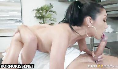 Изящная азиатка облизала большой хуй массажиста и потрахалась в письку
