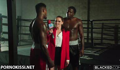 Молодая красотка из спортивного агентства ебется с двумя чернокожими боксерами