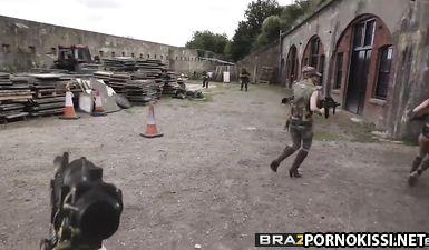 Три военные сучки ебутся с солдатом в мокрые вагины