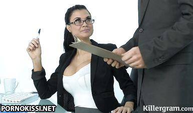Начальница в очках отсасывает коллеге перед вагинальной еблей раком