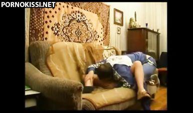 Русская дочь отсасывает отцу перед жесткой ебелей на диване