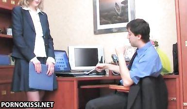 Секретарша в чулках ебется в попку за повышение