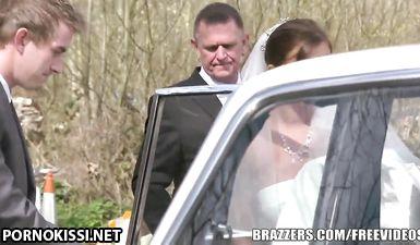 Невеста трахается в тугую попку в машине перед свадьбой
