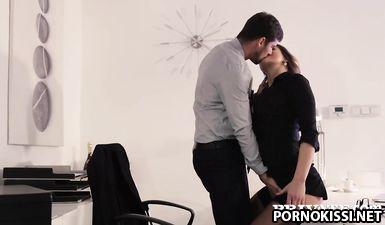 Секретарша в чулках трахнулась с боссом на столе после глубокого минета