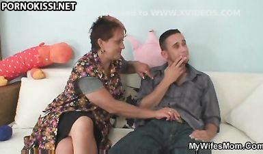 Дочурка застукала мамку за ебелей с братом на диване