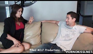 Милфа ебется с молодым сотрудником и принимает сперму в рот
