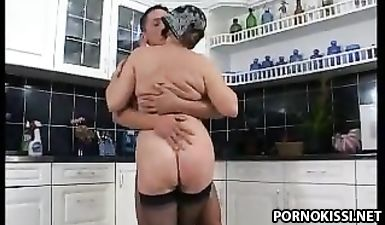 Бабуля с волосатой пиздой на кухне трахается с парнем