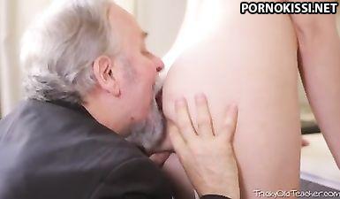 Бородатый старик разводит студентку на вагинальный секс