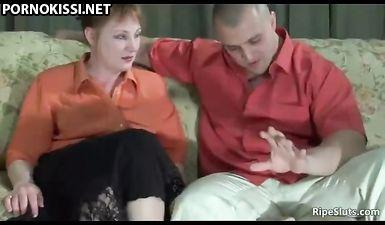 Мужик в туалете трахает толстую домработницу и дает ей в рот