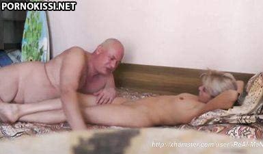 Лысый бизнесмен сует толстый член в тесную киску прекрасной любовницы