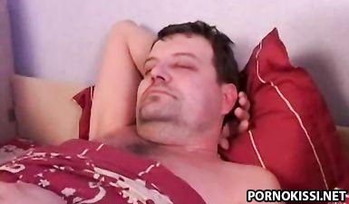 Дочурка разбудила отца минетом и нарвалась на бурную вагинальную еблю