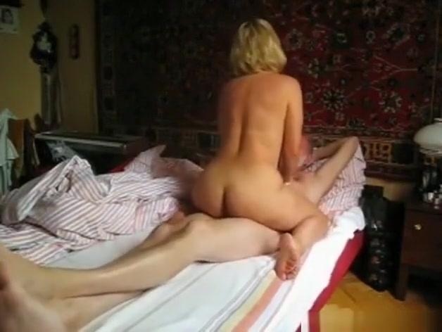 Кривой хуй входит в мокрую киску - порно фото
