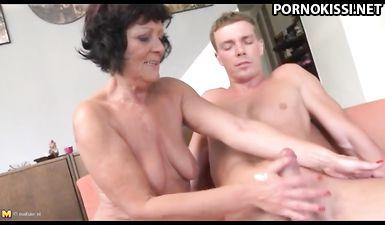 Старательная голая бабка разминает руками длинный хуй своего внучка