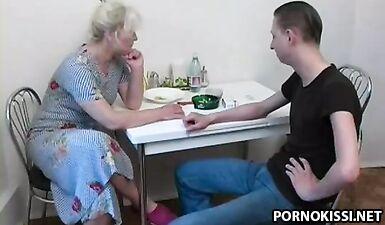 Зрелая жительница Сибири с обвисшими сиськами завела молодого любовника
